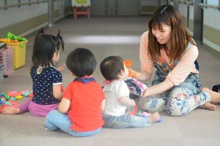 大治町 子育て支援センター はるっこ 職員と子供