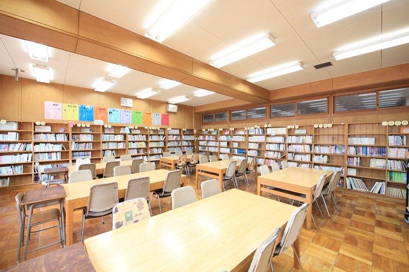 図書室も温かみのある雰囲気