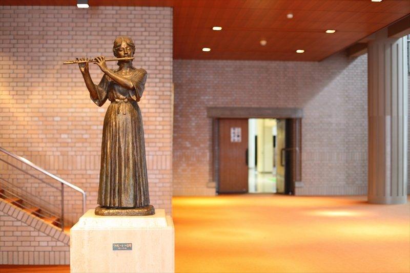 芸術観賞会や文化祭の公演、合唱祭などで利用される山崎記念講堂