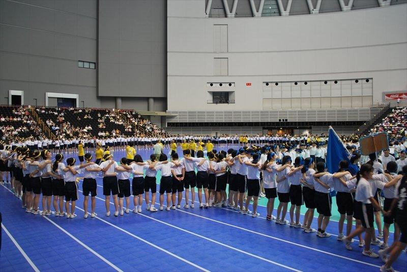 体育祭の終わりに全員で方を組んで合唱をするのが伝統になった。結束力を象徴するひとコマだ