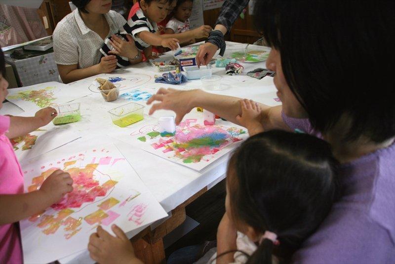 色とりどりの絵を描く子どもたち