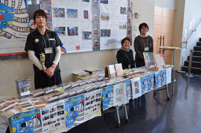 物販や案内などもボランティアの仕事。まさに市民が作り上げる映画祭