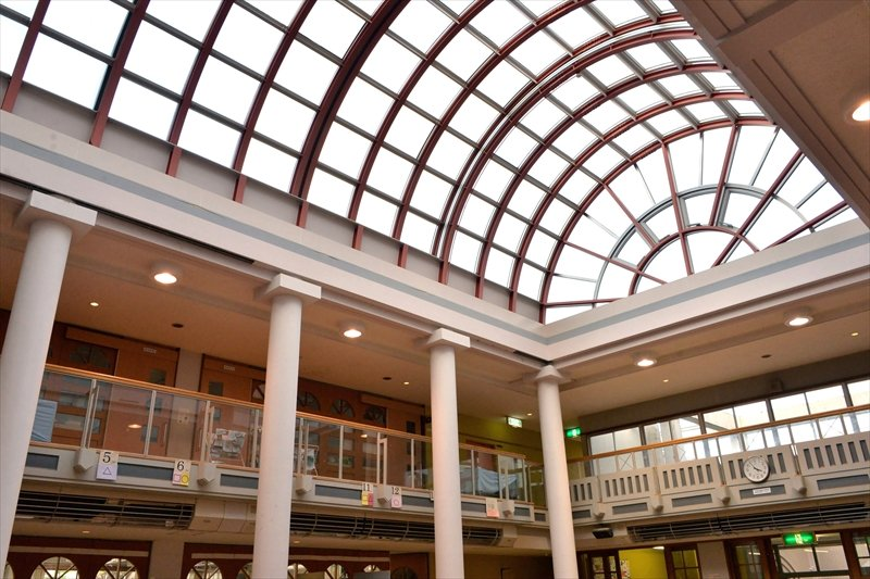 開閉式多目的ホールのあるモダンな校舎