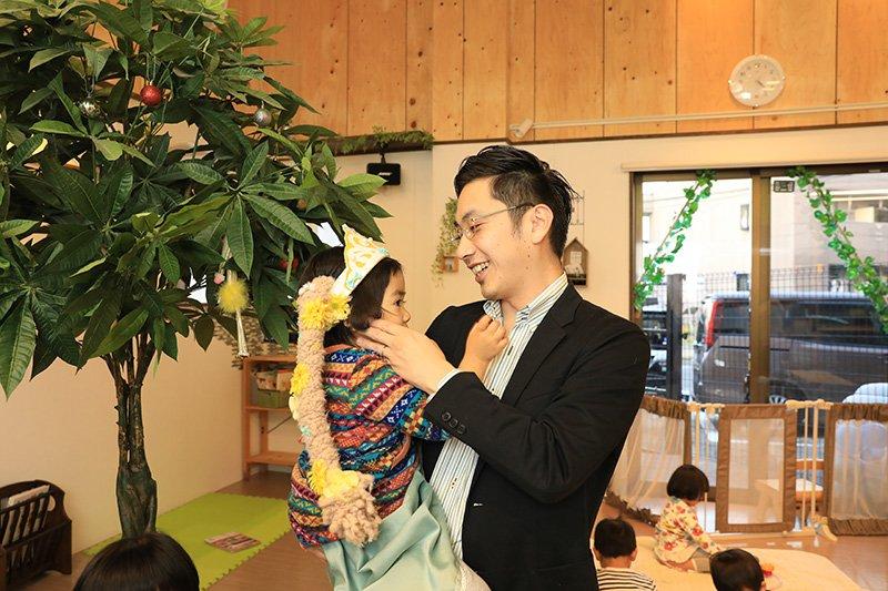 子どもに優しい笑顔を向ける鈴木代表