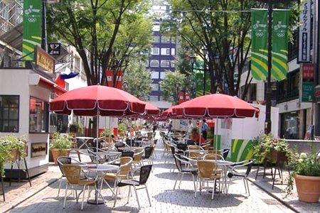 東京の道路をシャンゼリゼに!?全国に広がるオープンカフェと新 ...
