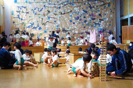 小平市立小平第四中学校:幼児とのふれあい体験の様子