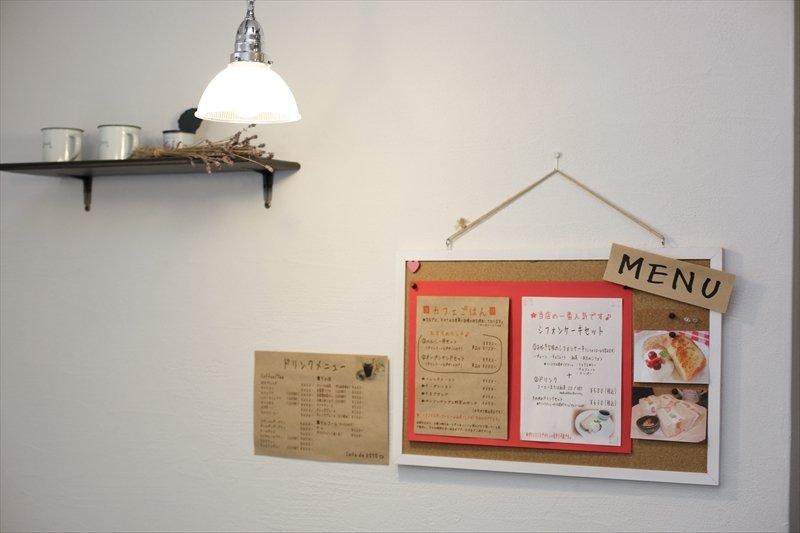 壁には手作りのメニュー表が