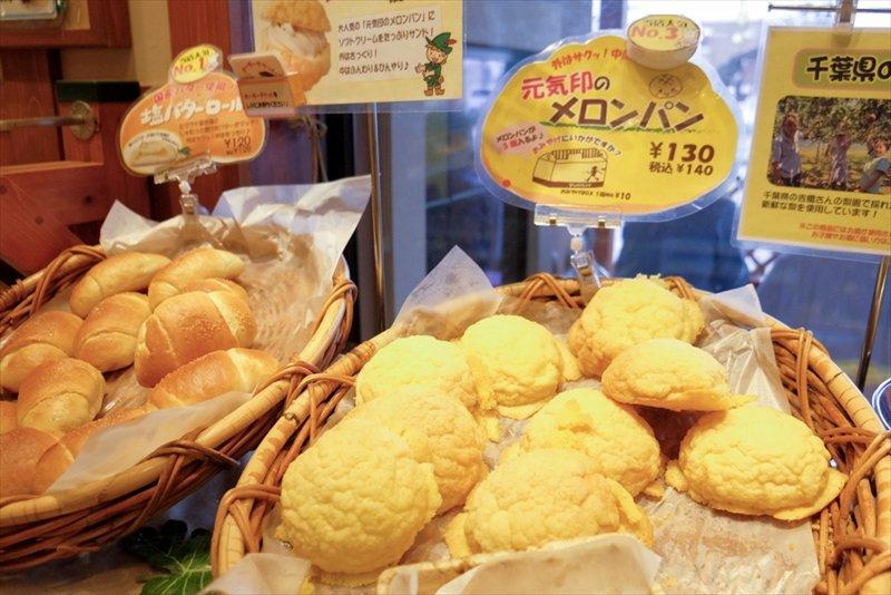 塩バターロール(写真奥)とメロンパン(写真手前)
