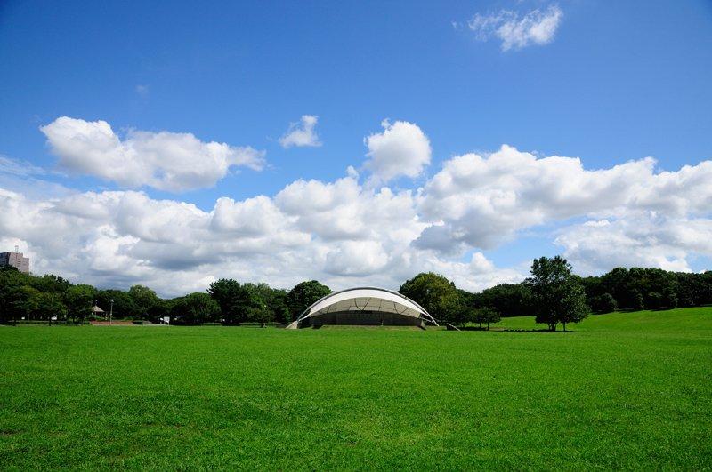 円形芝生広場の野外ステージ