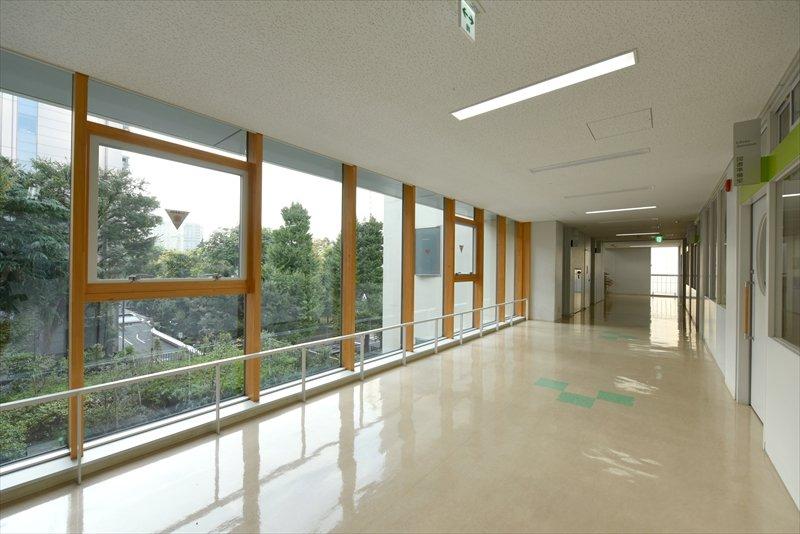 背の高い窓からは外光がたっぷりと取り入れられる。