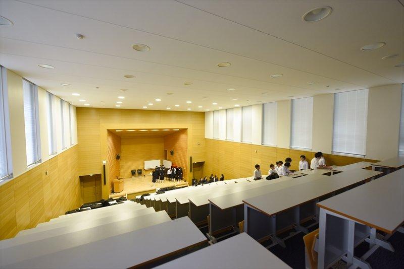 大学の講堂のような階段教室。この日は文化祭の合唱に向けた練習が行われていた