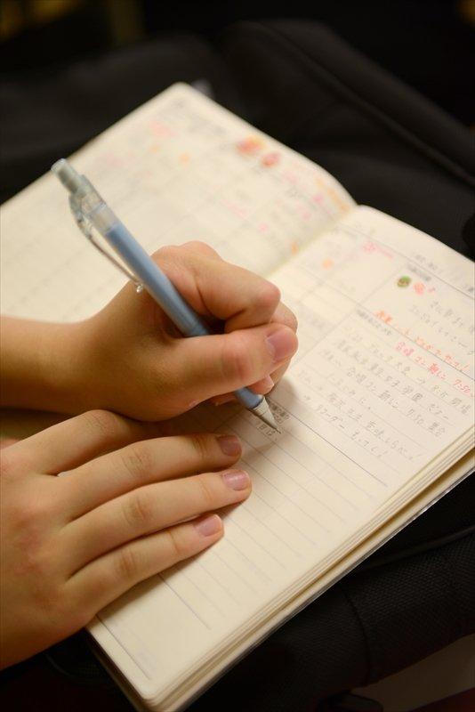 ビジネス手帳で自己管理をする中学生。それぞれ工夫を凝らして書いている