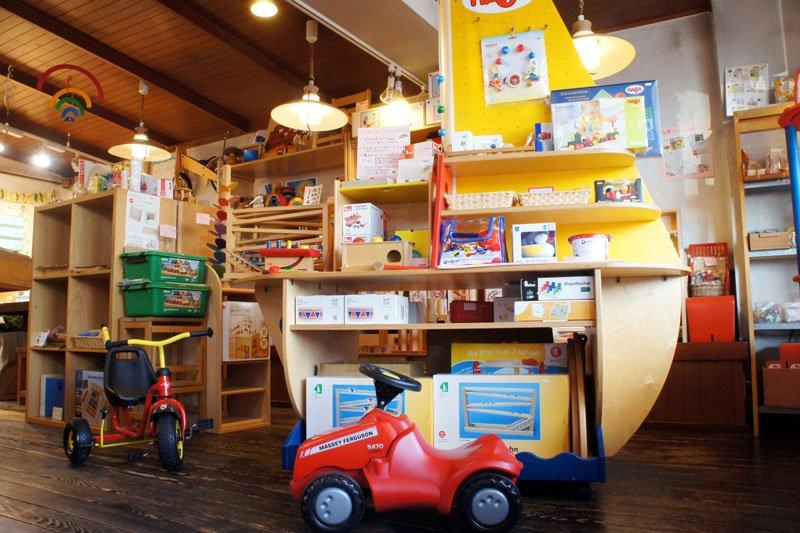 店内では子どもたちが遊びながらおもちゃを選べる