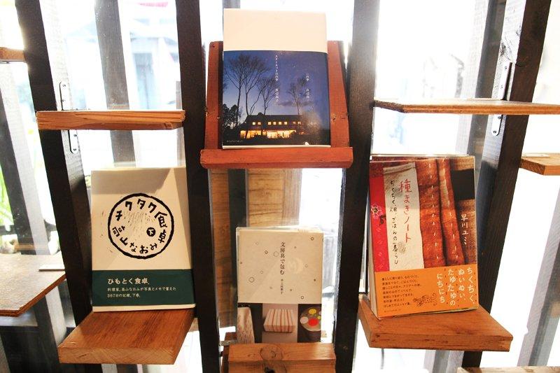 絵本や雑貨などの展示コーナー