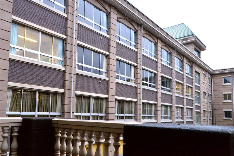 デザイン性が重視された校舎。手すりひとつを見ても装飾が美しい