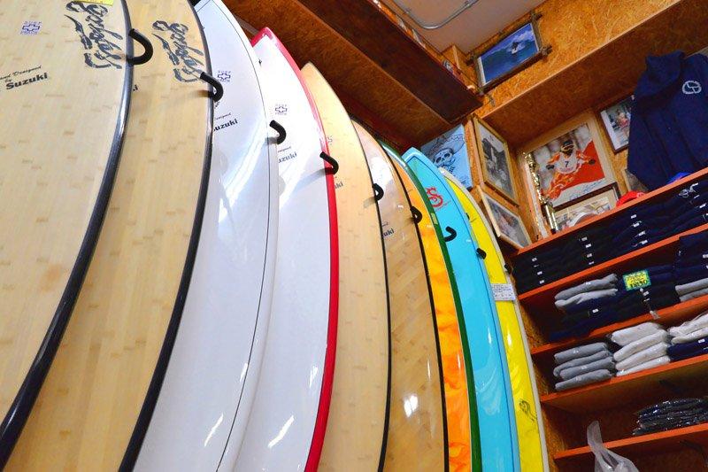 自社製のサーフボードがずらりと並ぶ「ゴッデス 茅ヶ崎本店」