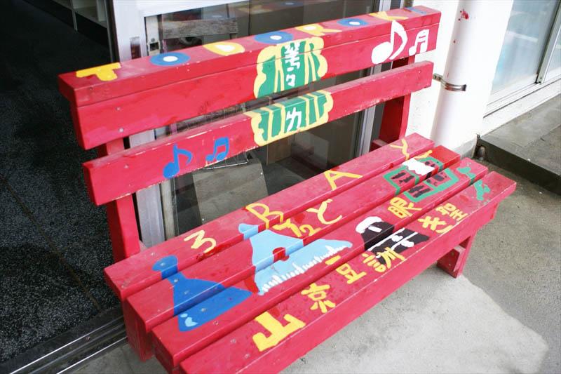 生徒が彩色したベンチ