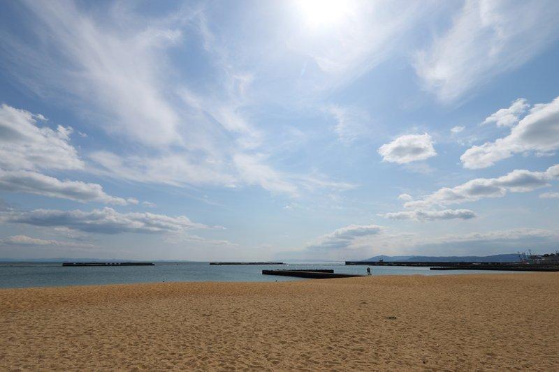青い空と砂浜が広がる素敵な景色