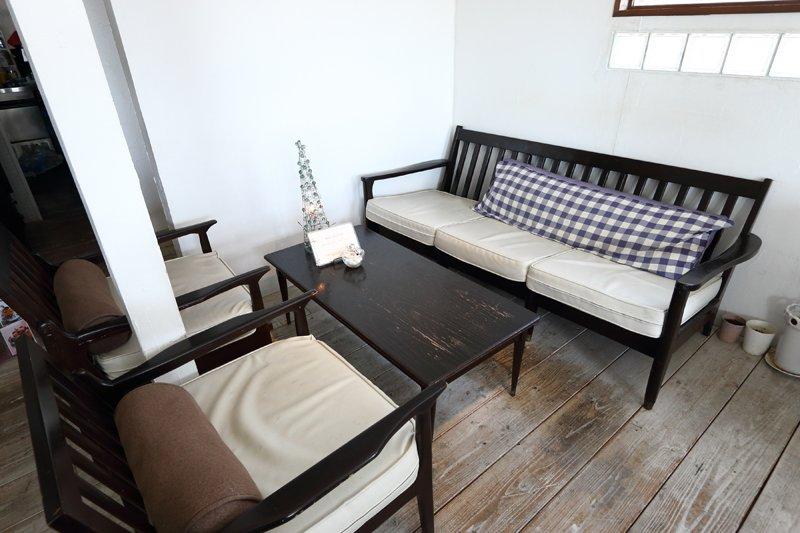 アンティーク調のテーブルが置かれたソファー席