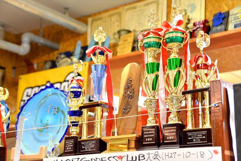 店内に飾られた、数々のトロフィーや賞状
