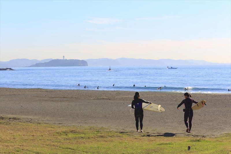 様々な人がサーフィンを楽しむ茅ヶ崎の海