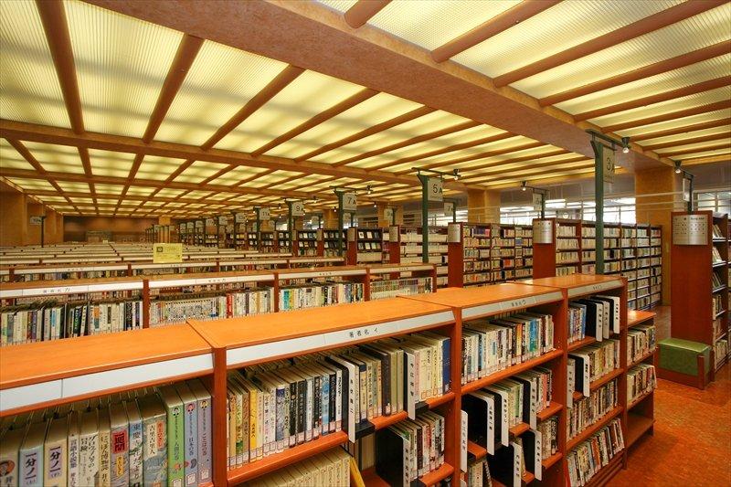 80万冊を取り揃える「中央図書館 」