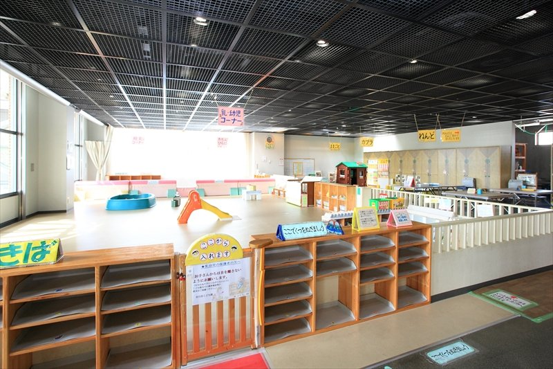 広々とした「乳・幼児コーナー」では子どもがのびのびと遊べる 「中央こども館」