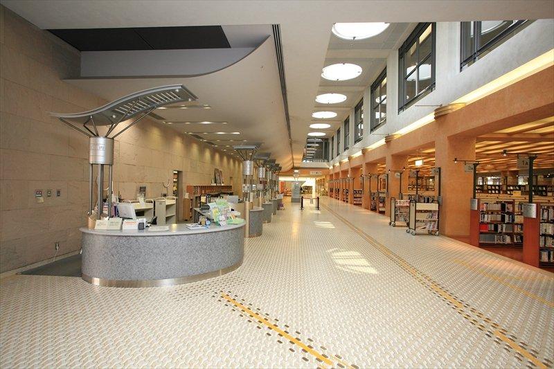 図書館の床には点字ブロックが整備されている 「中央図書館」