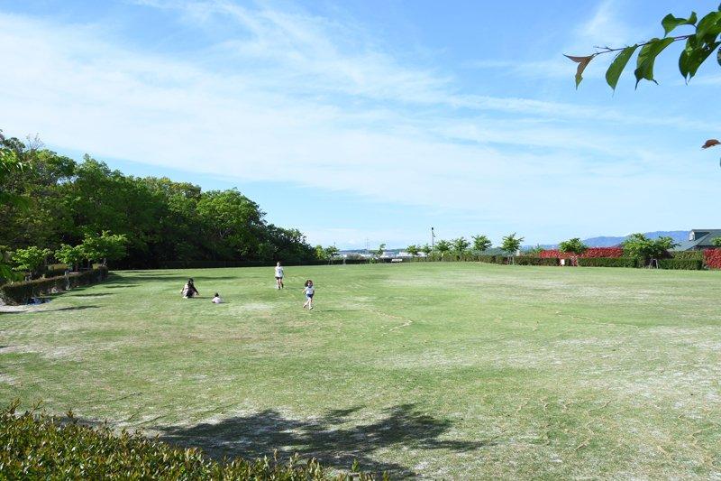 「三好公園」内にある芝生広場
