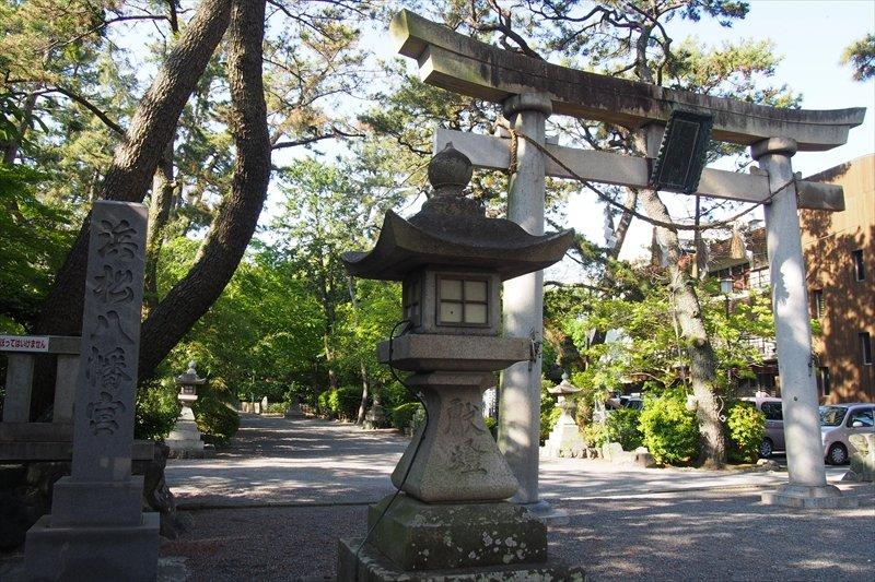 浜松八幡宮の鳥居をくぐれば、都会の喧騒から一瞬で静寂に包まれる