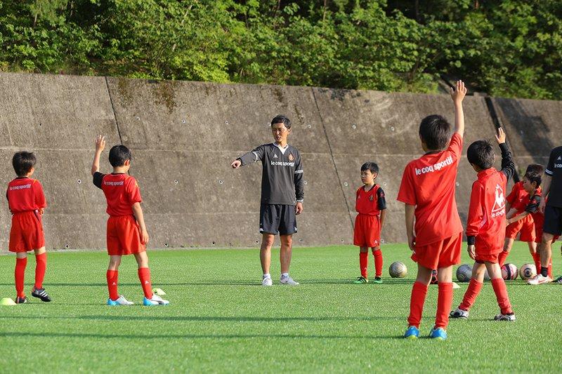 スクール生を指導する今井位彦コーチ