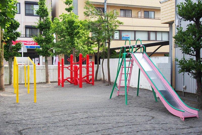 校舎の目の前にある校庭には、安全な遊具を設置