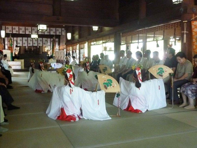 子ども達が行う「浦安の舞」(浜松八幡宮提供)