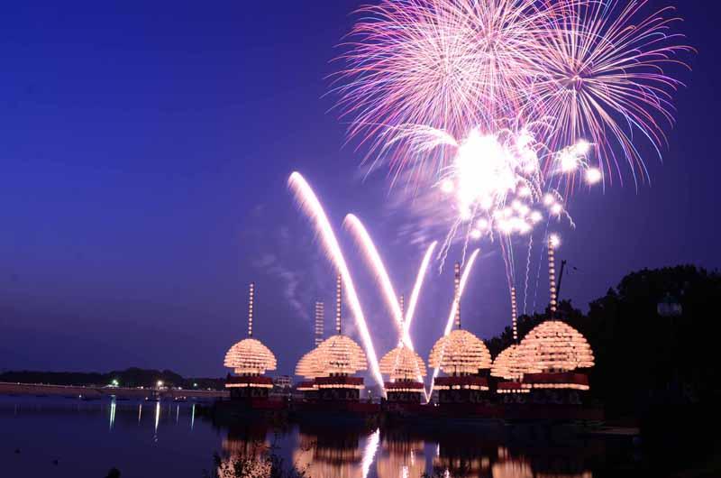 花火と7隻の提灯舟がコラボする「三好池まつり」