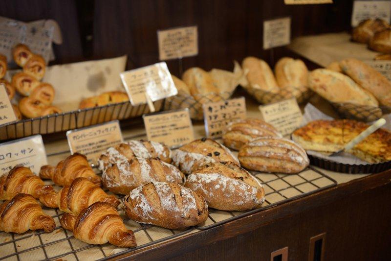 様々な種類のパンが並ぶ