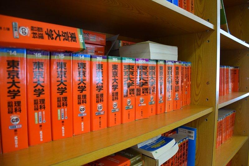 本棚に並んだ東京大学の過去問題集