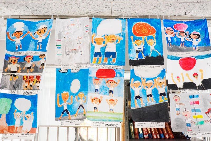 挨拶のポスター以外にも、校内には様々な絵が掲示されている