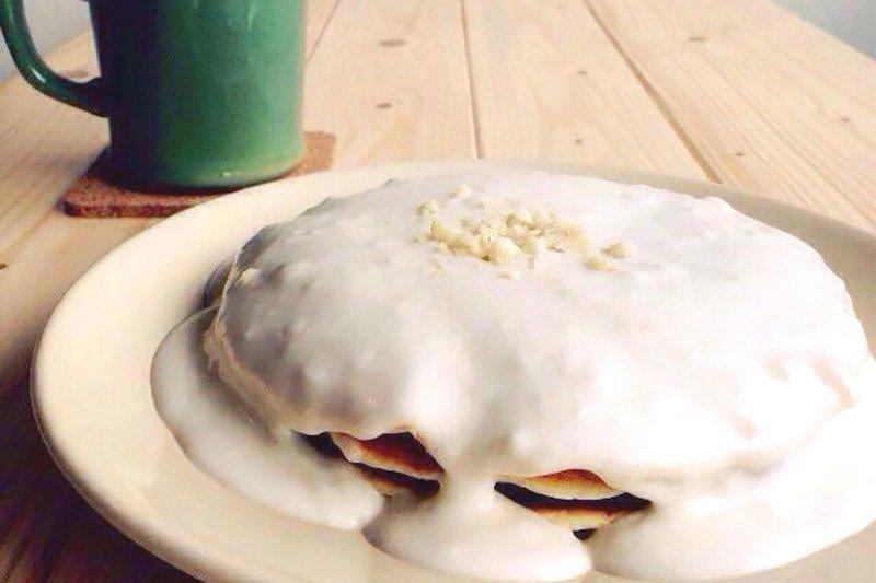 ココナッツソースのかかった「ハウピアソースパンケーキ」