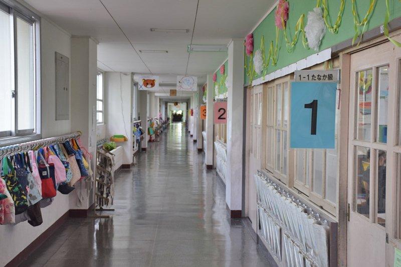 休憩時間には子どもたちの笑い声がひびく廊下