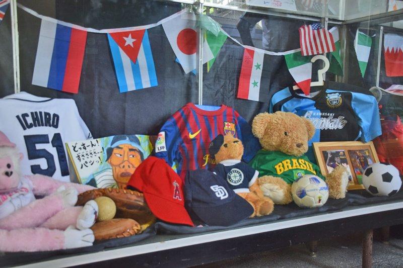 「たんぽぽ会」による世界の国々を知るための展示コーナー