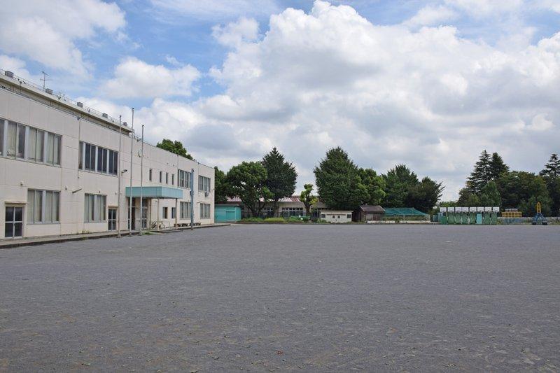 広い校庭は地域のスポーツ教室にも使われる