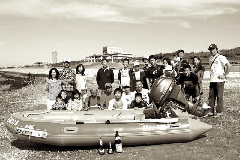 「レスキュー艇Eddie(エディー)」と活動に参加するボランティアの皆さん