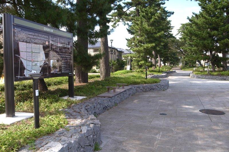 住宅街に隣接した「松並木公園」