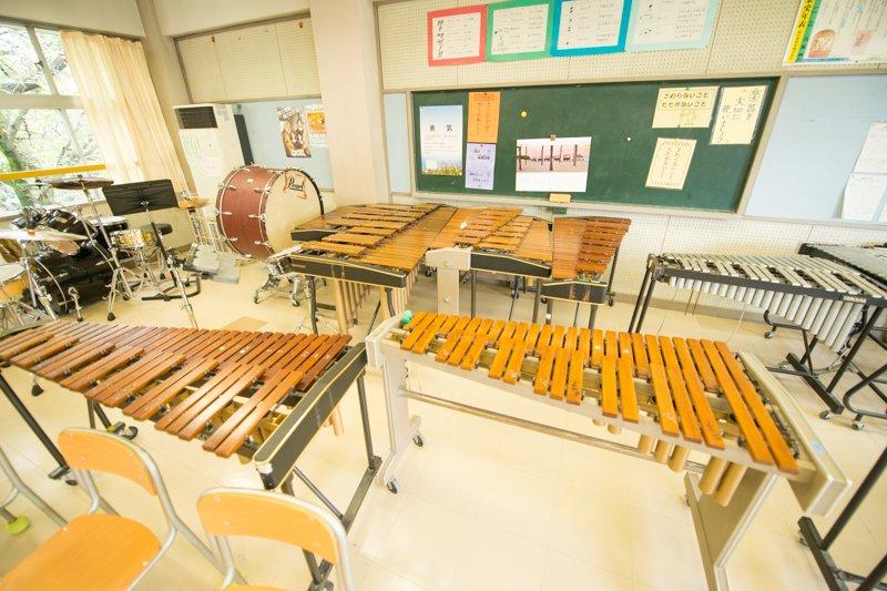 多くの楽器が並ぶ音楽室
