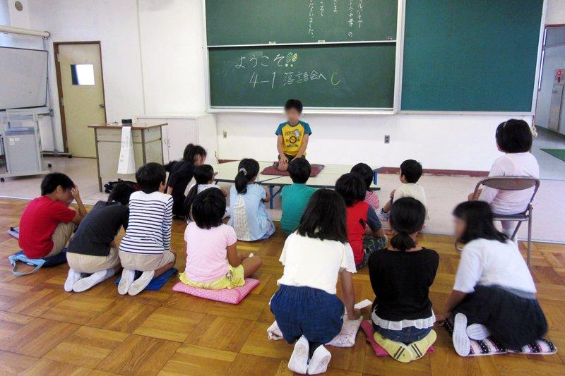 4年生が3年生に向けて落語発表を行う