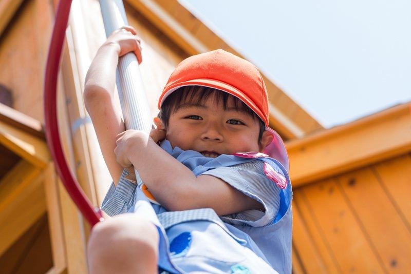 好奇心旺盛、活発に遊ぶ子ども