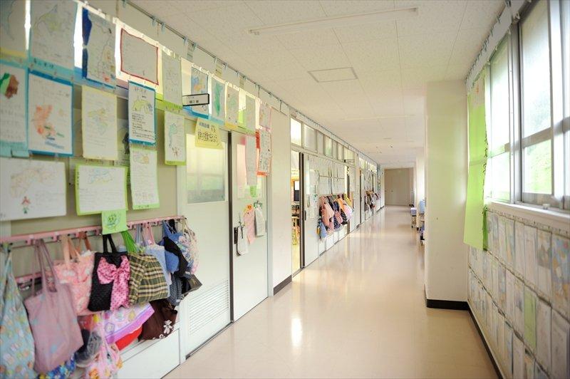 廊下には生徒の作品が展示されている