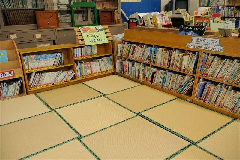 畳に座って本を読めるスペースもある