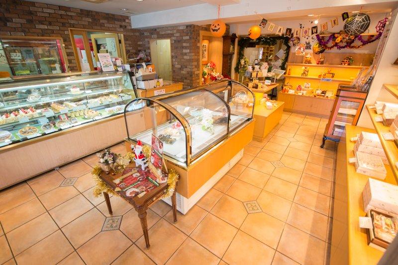ケーキから焼き菓子まで豊富な洋菓子が並ぶ店内