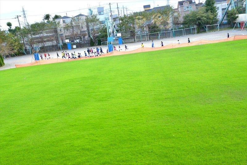市内で初めて全面芝生化された校庭